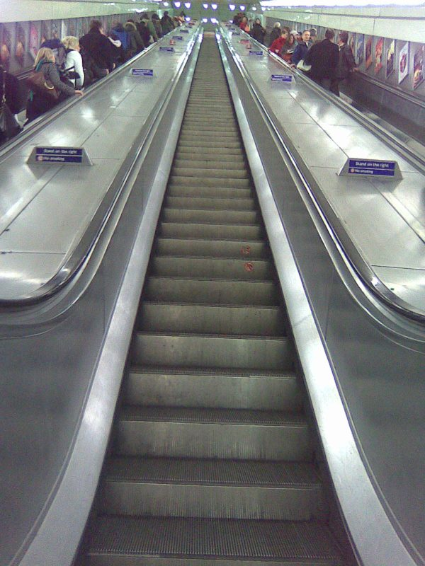 London_angel_tube_middle_escalator_upwards