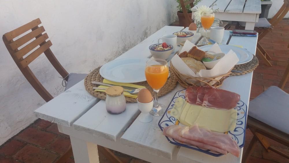 Mic dejun pe terasa