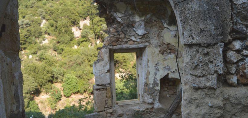Explorator în Creta: vizitează satul părăsit din Canionul Mili