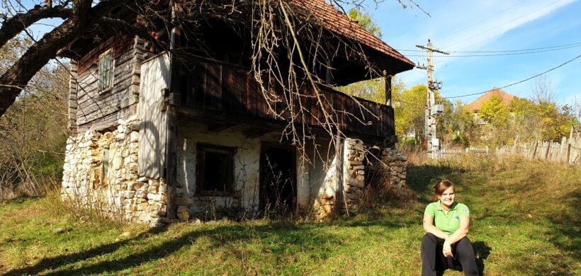 Unic în România! Alun, satul fantomă cu strada, case şi o biserică din marmură