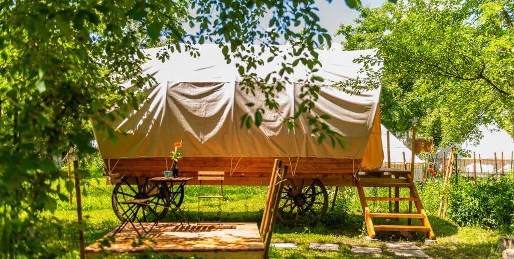 Dragonfly Gardens – The Wagons- cazare inedita intr-o caruta cu coviltir
